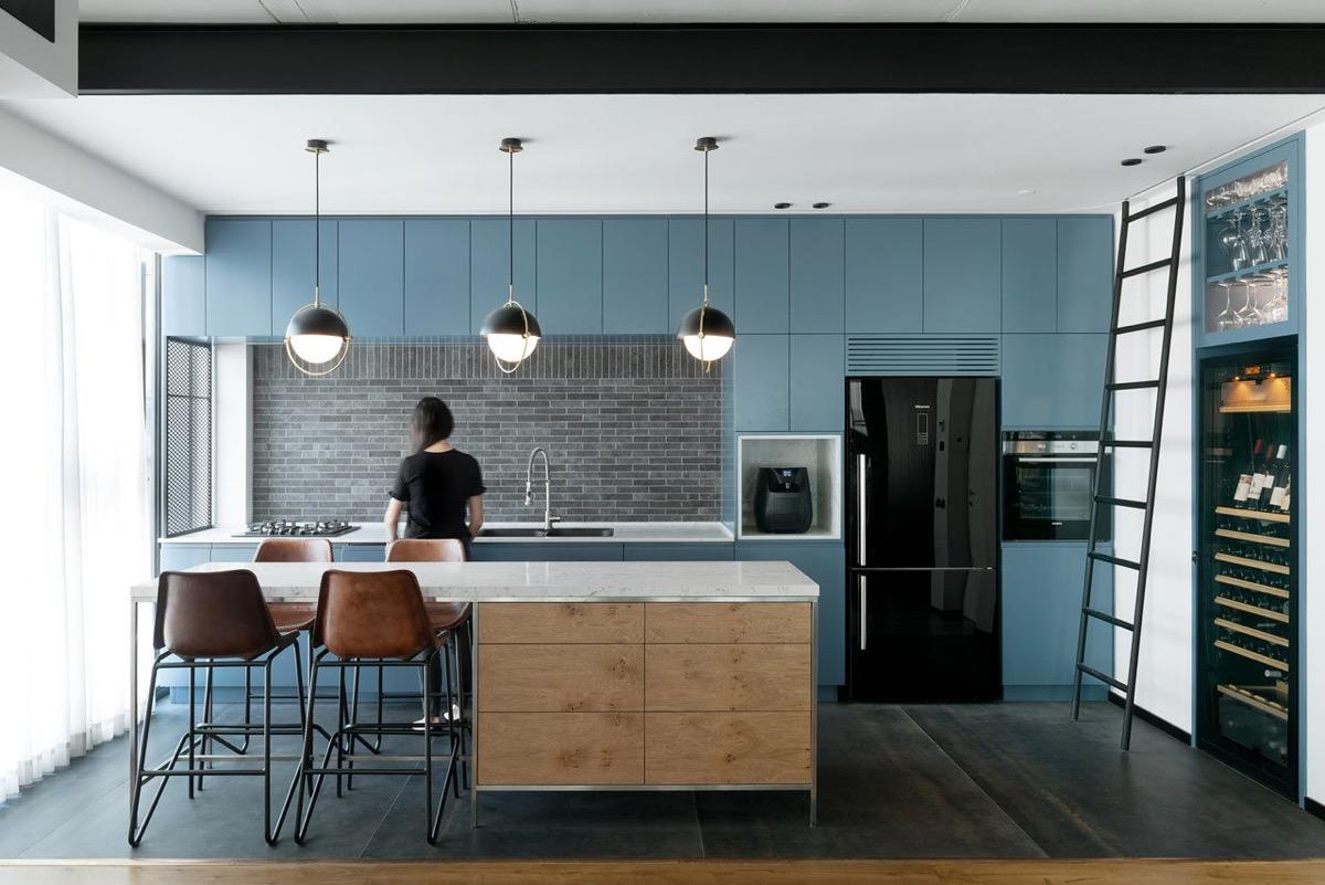 جزیره چوبی رنگ در آشپزخانه
