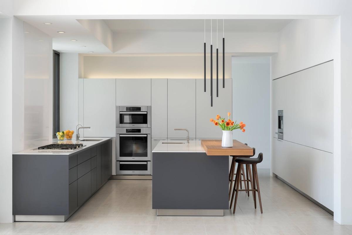 کابینتهای با ترکیب رنگ خاکستری و سفیدرنگ - ربوطرح