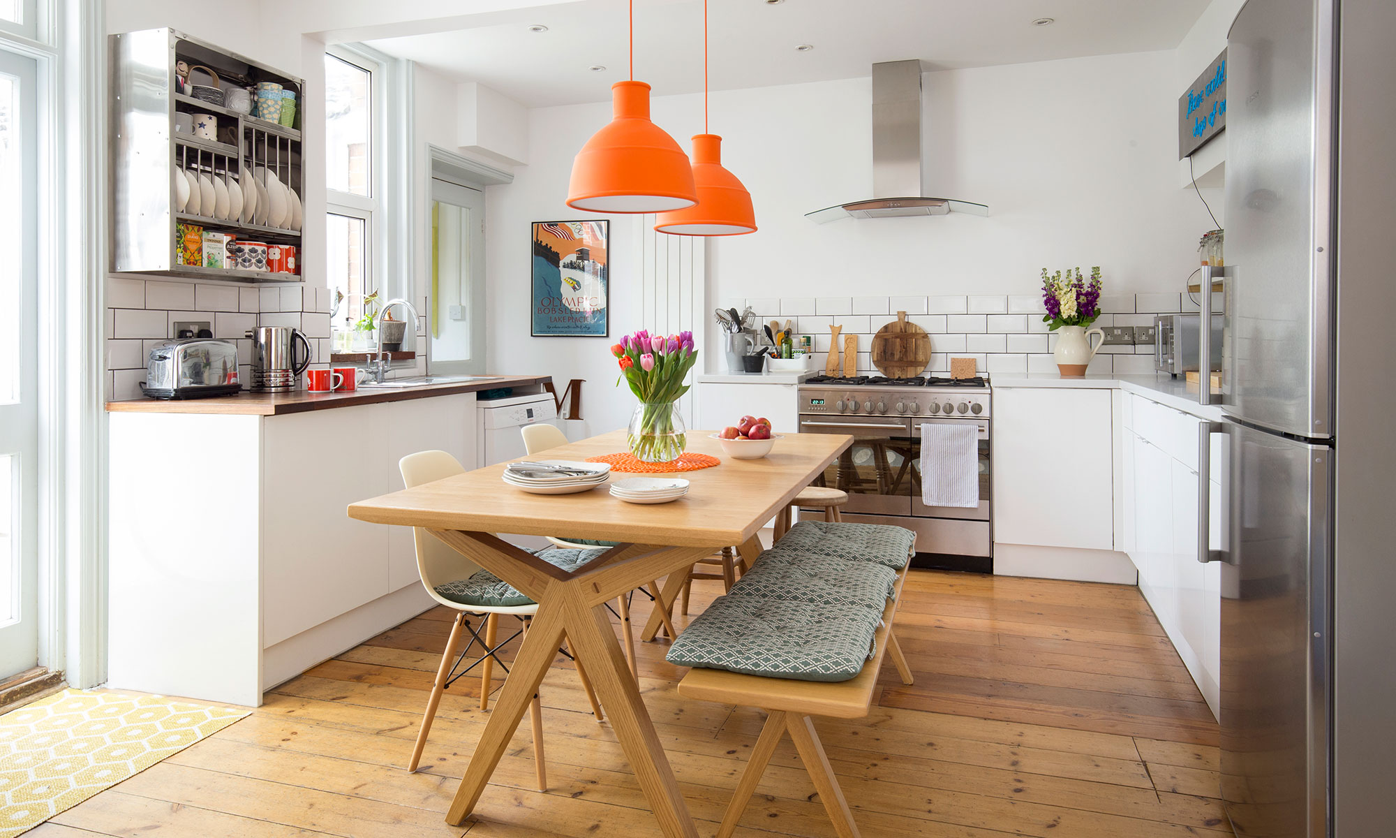 چراغ آویزان رنگی در آشپزخانه سفید رنگ