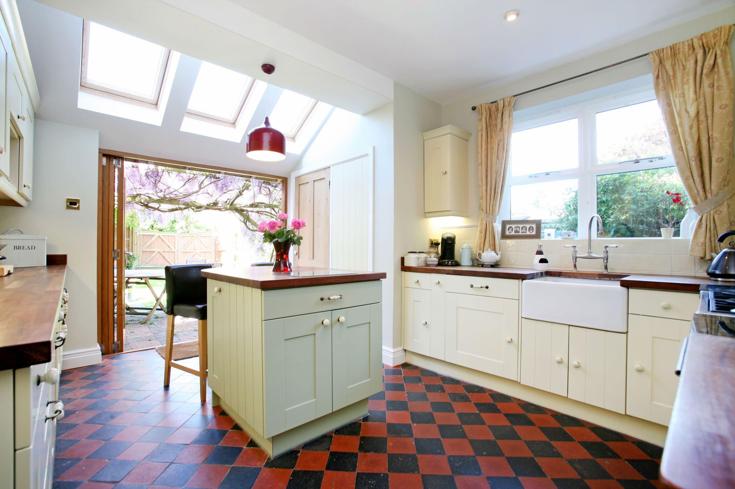 استفاده از جزیره مربعی شکل کوچک در آشپزخانه