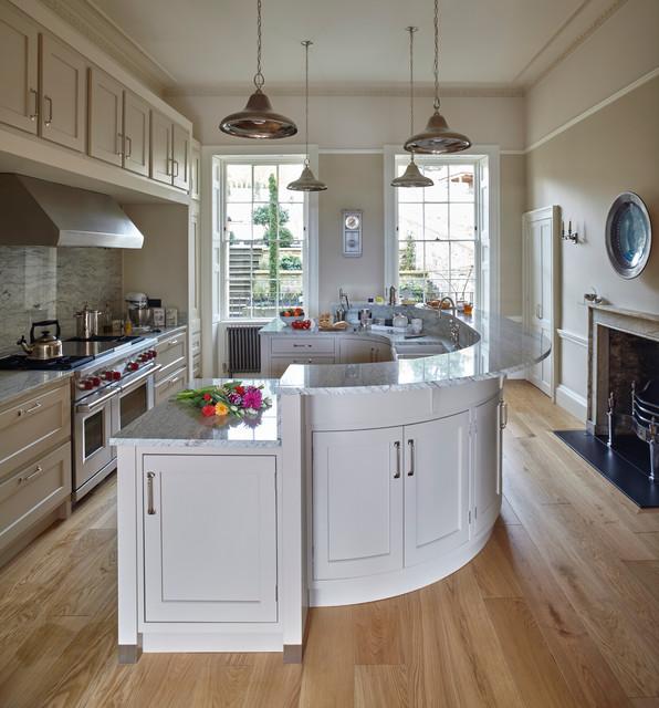 طراحی مناسب جزیره در آشپزخانه بزرگ